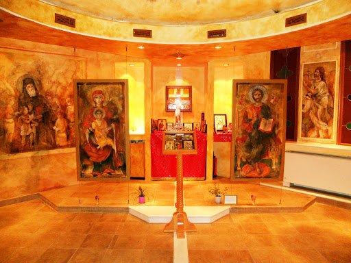 cappella ortodossa in aereoporto con icone